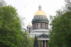 vista do parque e da catedral do St Isaac foto de stock