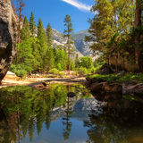Vista do parque nacional de Yosemite com reflexão no lago Imagem de Stock