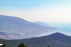 A vista do pico da montagem Ai-Petri nas inclinações das montanhas e o Mar Negro costeiam Crimeia Fotos de Stock