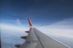 Vista do plano, você vê o campo e o céu azul bonito Imagem de Stock Royalty Free