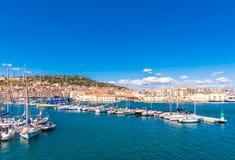 Vista do porto com iate, Sete, França Copie o espaço para o texto imagens de stock
