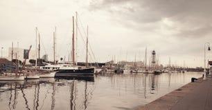 Vista do porto com os iate em Barcelona fotografia de stock royalty free