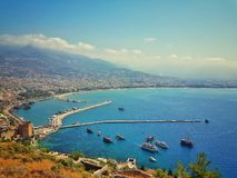 Vista do porto de Alanya antes do por do sol Ajardine com porto e a torre vermelha na península de Alanya, distrito de Antalya Ki Imagens de Stock