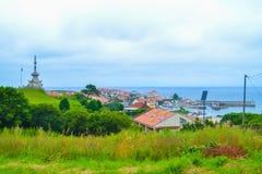 A vista do porto de Comillas e Guell y Martos estacionam, com monumento imagem de stock