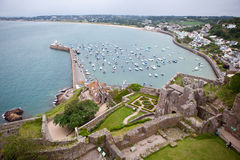 Vista do porto de Gorey, castelo de Mont Orgueil, ilhas channel do jérsei Imagem de Stock Royalty Free