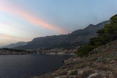 Vista do porto de nivelamento no mar de adriático em Makarska fotografia de stock royalty free