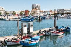 Vista do porto de pesca pequeno de Setubal com seu azul típico imagem de stock royalty free