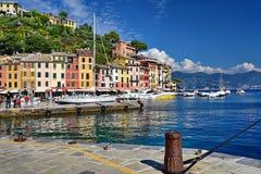 Vista do porto de Portofino que olha para fora ao mar Ligurian Foto de Stock Royalty Free