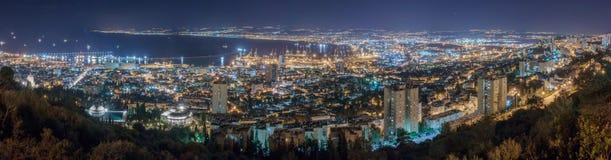 Vista do porto do centro de Haifa, de Haifa e da baía na noite Fotografia de Stock