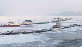 Vista do porto fluvial congelado Imagens de Stock