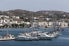 Vista do porto marítimo da vila de Adamas em Milos ilha, Grécia Fotos de Stock
