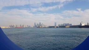 Vista do porto marítimo e do oceano azul em um dia ensolarado Vista do oceano azul através da vigia de um forro do cruzeiro filme