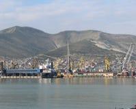 Vista do porto marítimo, montanhas de Cáucaso fotos de stock royalty free