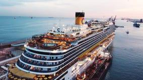 Vista do porto mar?timo e da cidade de Monte - Carlo em M?naco com muitos iate e navio de cruzeiros luxuoso estoque Bonito filme