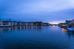 Vista do porto na noite, Copenhaga de Copenhaga, Dinamarca foto de stock
