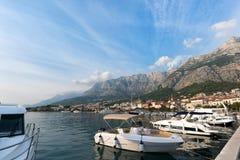 Vista do porto no mar de adriático em Makarska imagens de stock