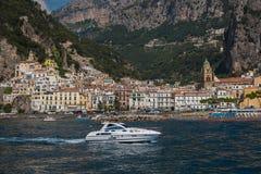 Vista do porto pequeno da cidade no Campania, Itália de Amalfi foto de stock royalty free
