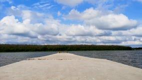 Vista do quebra-mar bonito que entra na distância Paisagem verde cruzada com céu azul vídeos de arquivo