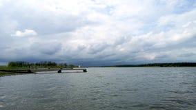 Vista do quebra-mar bonito que entra na distância Paisagem verde cruzada com céu azul video estoque