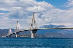 Vista do Rio-Antirio da ponte de suspensão em Grécia fotos de stock
