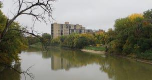 Vista do rio Assiniboine em Winnipeg, Canadá 4K video estoque