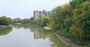 Vista do rio Assiniboine em Winnipeg, Manitoba 4K filme