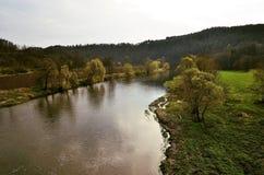vista do rio de Berounka de uma ponte em LiblÃn foto de stock