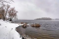 Vista do rio de Dnieper durante um dia de inverno frio e nevado foto de stock royalty free