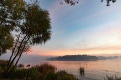 Vista do rio de Dnieper em Kiev, Ucrânia, a manhã no alvorecer foto de stock royalty free