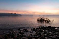 Vista do rio de Dnieper em Kiev, Ucrânia, a manhã no alvorecer imagens de stock