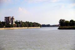 Vista do rio de Kuban em Krasnodar que constrói uma casa inacabado imagens de stock