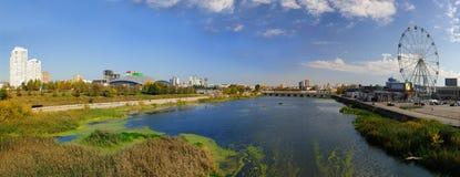 Vista do rio de Miass da avenida de Sverdlovskiy da ponte Em setembro de 2018 foto de stock