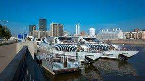 Vista do rio de Moscou, do barco de prazer e do ônibus do International de Moscou Imagem de Stock