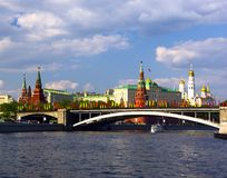 Vista do rio de Moscovo e da terraplenagem de Kremlin Imagens de Stock Royalty Free