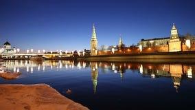 Vista do rio de Moskva e do Kremlin na noite, Moscou, Rússia--a vista a mais popular de Moscou vídeos de arquivo