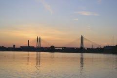Vista do rio de Neva e da ponte cabo-permanecida Imagens de Stock Royalty Free