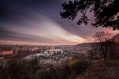 A vista do rio de Vltava e das pontes brilhou com o sol do por do sol, Praga Imagens de Stock