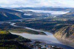 Vista do rio de Yukon e de Klondike sobre Dawson City, Yukon, Canadá Fotografia de Stock Royalty Free