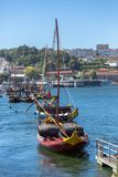 Vista do rio Douro, com os barcos de Rabelo em docas da cidade de Gaia imagens de stock