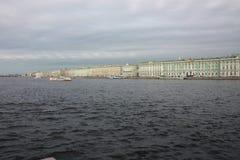 vista do rio e do palácio do inverno em Petersburgo foto de stock royalty free