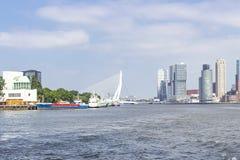 Vista do rio Mosa na ponte do Erasmus com as construções circunvizinhas fotografia de stock