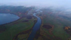 Vista do rio Sorot, vídeo nevoento da antena da manhã Mikhailovskoe, Rússia video estoque