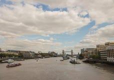 Vista do rio Tamisa em Londres com a ponte da torre no primeiro plano Fotos de Stock