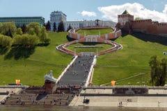 Vista do Rio Volga às escadas e ao monumento a Chkalov Imagens de Stock Royalty Free