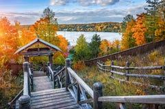 Vista do Rio Volga de uma escadaria de madeira Fotos de Stock Royalty Free