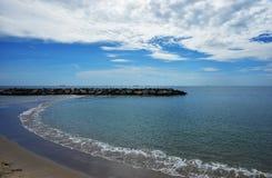 Vista do Seascape e do céu azul coudy fotografia de stock royalty free