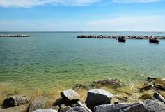 Vista do Seascape e do céu azul nebuloso foto de stock royalty free