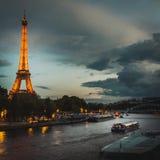 Vista do Seine River e da torre Eiffel no por do sol em Paris imagem de stock royalty free
