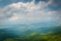 Vista do Shenandoah Valley dos penhascos rochosos pequenos do homem em Sh Fotos de Stock Royalty Free
