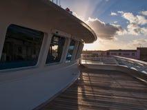 Vista do sol de ajuste através da plataforma e da casa do piloto do navio em San Juan Harbor em Porto Rico fotografia de stock royalty free
